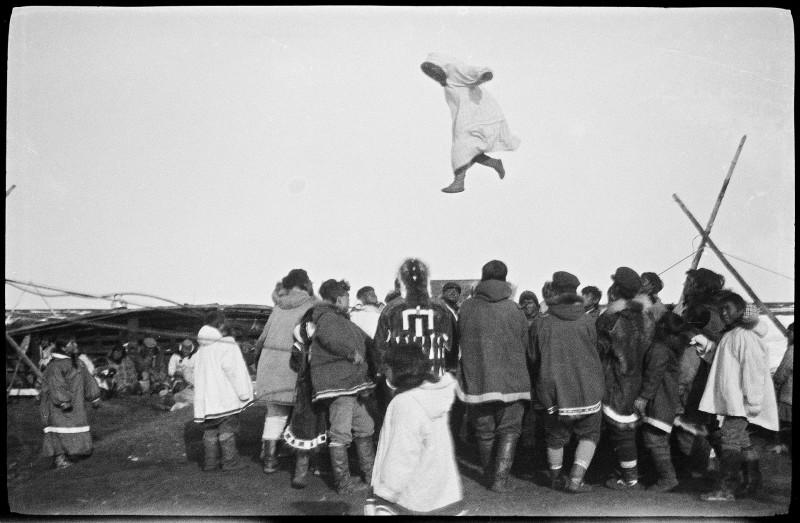 1920px-Inuitene_morer_seg_med_såkalt_skinndans,_1922-1923_(12114498483)